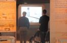Visningsrummet. Det ret hyggelige lille rum, som Klørkonge-filmen bliver vist i. Det mimer en kahyt. Og et barn er besvimet i sin klapvogn.